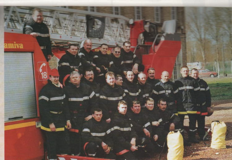photo de classe lot de sauvetage de 2002 sapeurs pompiers d 39 aire sur la lys copains d 39 avant. Black Bedroom Furniture Sets. Home Design Ideas