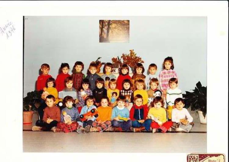 photo de classe ecole du bouquet de 1974 ecole chabrillan montelimar copains d 39 avant. Black Bedroom Furniture Sets. Home Design Ideas