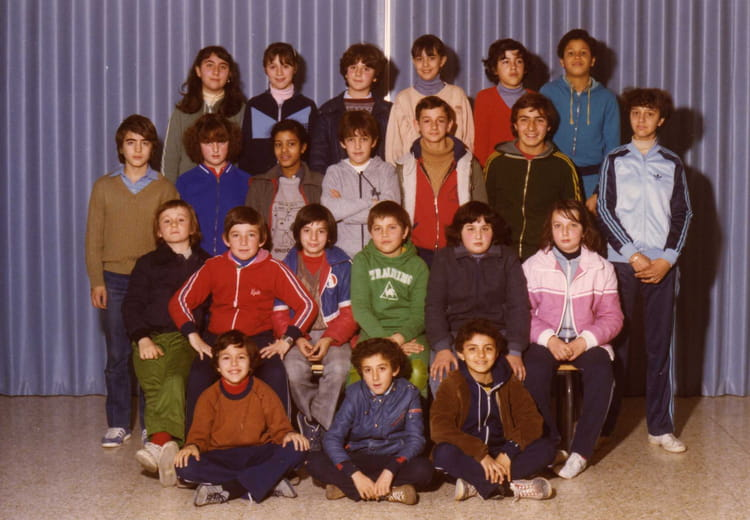photo de classe classe de 5eme f de 1980 coll ge pont de vivaux copains d 39 avant. Black Bedroom Furniture Sets. Home Design Ideas
