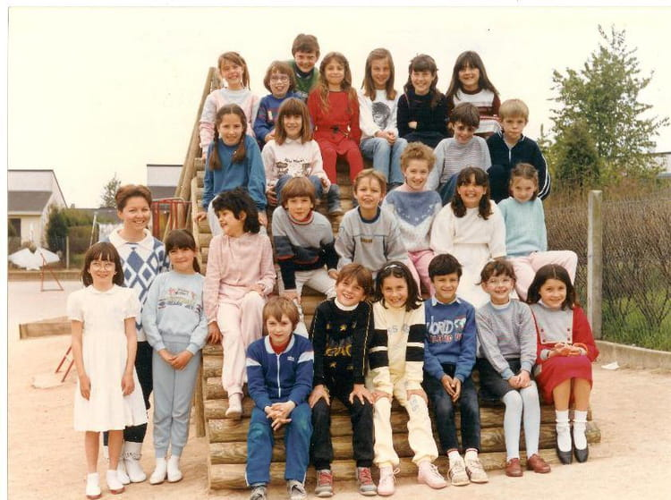 photo de classe ce2 de 1984 ecole beaupre copains d 39 avant. Black Bedroom Furniture Sets. Home Design Ideas