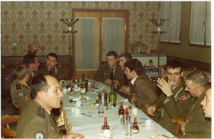 photo de classe repas entre copains de 1979 8 me rpima