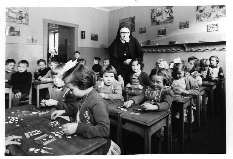 Vieille fille de l'école