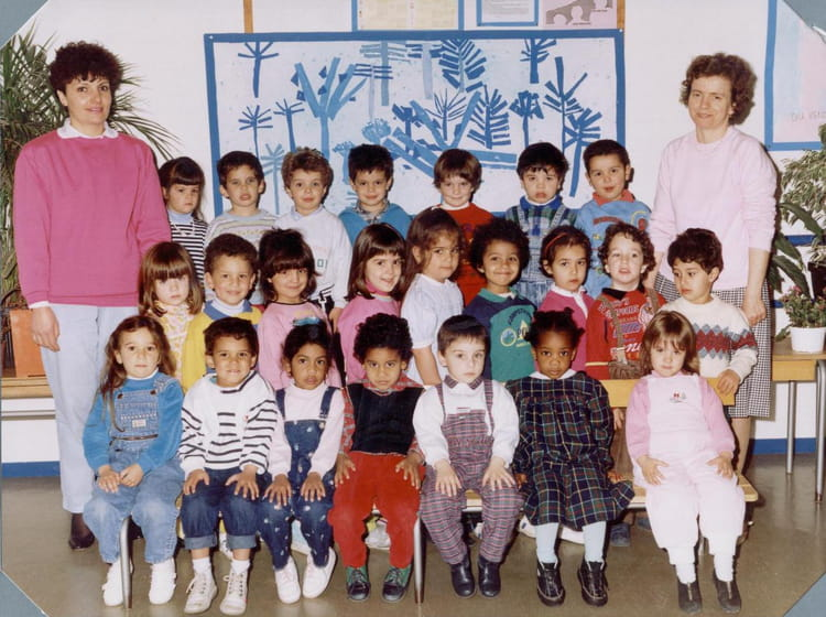 photo de classe petite section de 1988 ecole louis pergaud sainte genevieve des bois. Black Bedroom Furniture Sets. Home Design Ideas