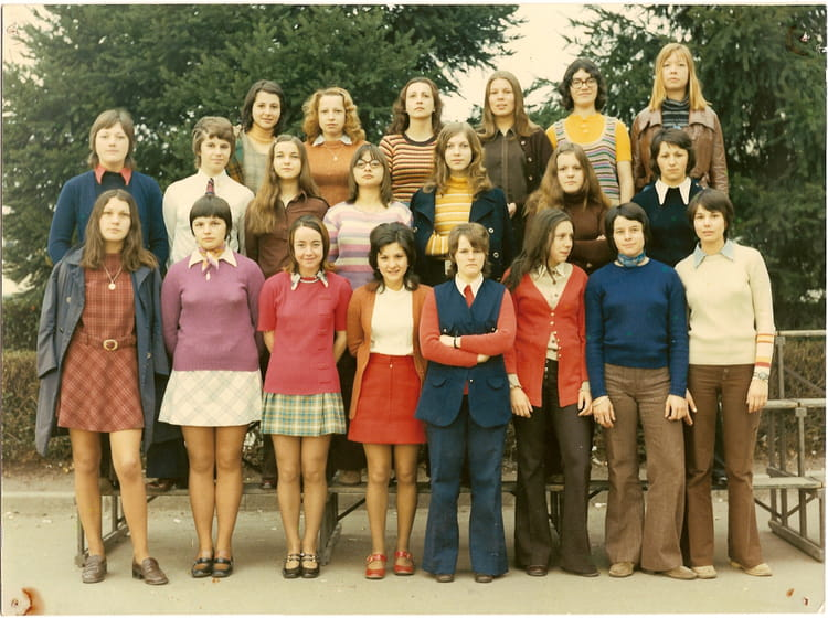 photo de classe cap employ e de bureau de 1970 lyc e henri parriat copains d 39 avant. Black Bedroom Furniture Sets. Home Design Ideas