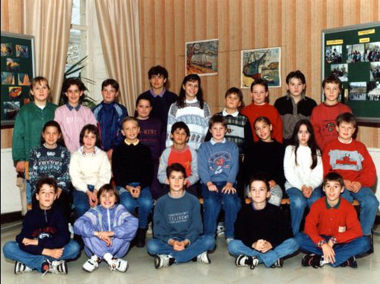 photo de classe 6 me bleue de 1993 ecole sainte croix chateaugiron copains d 39 avant. Black Bedroom Furniture Sets. Home Design Ideas